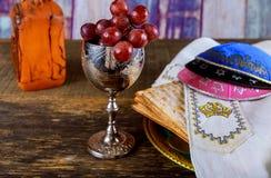 Pan judío del día de fiesta del matzoh de la pascua judía sobre la tabla de madera imagen de archivo libre de regalías