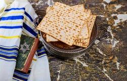 Pan judío del día de fiesta del matzoh de la pascua judía sobre la tabla de madera foto de archivo
