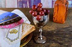 Pan judío del día de fiesta del matzoh de la pascua judía y vino kosher sobre la tabla de madera imagen de archivo libre de regalías