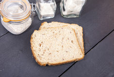 Pan libre del gluten con la flor deletreada en fondo de madera Fotografía de archivo