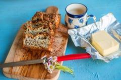 pan, mantequilla y taza Gluten-libres de la semilla de bebida Foto de archivo libre de regalías