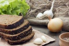 Pan marrón del ‹del †del ‹del â€, lechuga, y chesnou cortados de las cebollas Fotografía de archivo libre de regalías