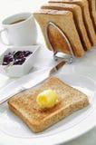 Pan marrón tostado con completo y atasco y café Imagen de archivo