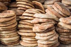 Pan marroquí tradicional típico en la parada de la comida de la calle, Marrake imagenes de archivo