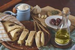 Pan mediterráneo con los ingredientes Imagenes de archivo