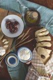 Pan mediterráneo con los ingredientes Fotos de archivo