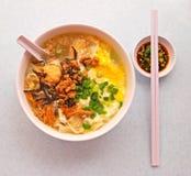 Pan Mee Noodle com ovo e anchovas fotografia de stock royalty free