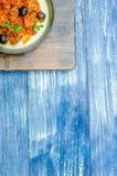 Pan met aardappels, gehakt, olijven en kruiden Royalty-vrije Stock Afbeelding