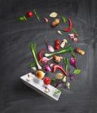 Pan met deksel en vliegende groenten royalty-vrije stock foto