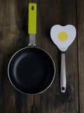 Pan met een spatel in de vorm van hart stock foto