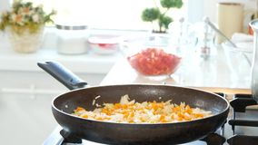 Pan met groenten die op de brand in keuken Chinees voedsel koken stock videobeelden