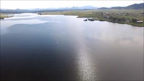 Pan met pelikaan over Deweese-Reservoir, Colorado stock footage