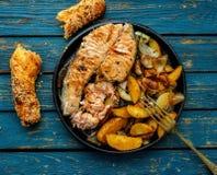 Pan met zalmlapje vlees, be*wegen-gebraden gerechtveggies, citroen, ui en Royalty-vrije Stock Foto's