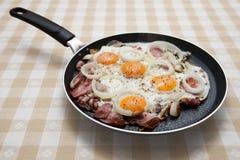 Pan mit Eiern Lizenzfreie Stockfotos
