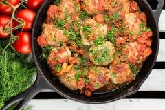 Pan mit Hühnerfleischbällen und Tomatensoße Rustikale Art Pan auf der Kiste Lizenzfreie Stockfotos
