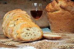 Pan movido hacia atrás fresco con trigo y vino Imagen de archivo