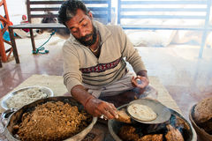 Pan nacional del cocinero asiático del hombre en de pocas calorías Fotografía de archivo