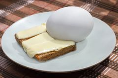 Pan negro con mantequilla y el huevo imagenes de archivo