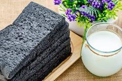 Pan negro cortado del pan del carbón de leña Imagen de archivo