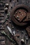 Pan negro del salvado en la tabla de madera Fotos de archivo libres de regalías
