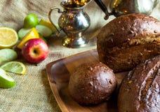 Pan negro y fruta Fotos de archivo