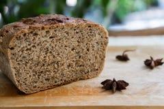 Pan oscuro, mariposa en un rollo de pan Foto de archivo libre de regalías