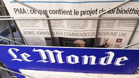 Pan over Boris Johnson-krant Le Monde stock footage