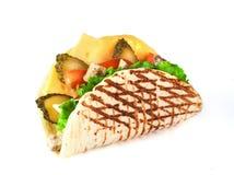 Pan plano asado a la parrilla con la carne, el queso, los tomates y la ensalada verde i Fotos de archivo