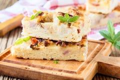 Pan plano con el tocino, coliflor, queso Foto de archivo libre de regalías