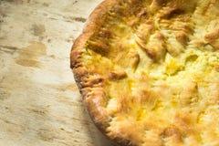 Pan plano recientemente cocido hecho en casa del queso, cocina oriental, tabla de madera rústica, corteza de oro fotografía de archivo libre de regalías