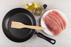 Pan, plantaardige olie, specerij, peper en ruw varkensvlees schnit royalty-vrije stock foto's