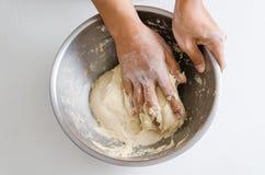 Pan que cocina, pasta de pan de amasamiento a mano Foto de archivo libre de regalías