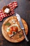 Pan quebradizo con el salmón ahumado Foto de archivo libre de regalías