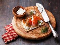 Pan quebradizo con el salmón ahumado Fotografía de archivo libre de regalías