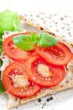 Pan quebradizo con el tomate fotografía de archivo