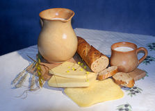 Pan, queso y leche Fotos de archivo
