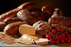 Pan, queso y tomates fotos de archivo