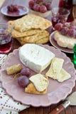 Pan, queso y uvas planos Foto de archivo