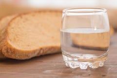 Pan rústico hecho en casa del pan de centeno al vidrio de agua Imagenes de archivo