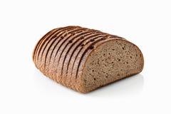 Pan Rebanada de pan de centeno fresco aislado en el fondo blanco Fotografía de archivo