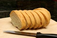 Pan rebanado con el cuchillo Fotos de archivo libres de regalías