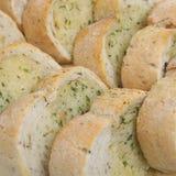 Pan rebanado del ajo y de la hierba imágenes de archivo libres de regalías