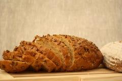 Pan rebanado del pan del cereal Fotos de archivo libres de regalías