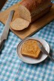 Pan rebanado en el paño azul de la guinga Imagen de archivo libre de regalías