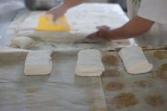 Pan recién hecho de Ciabatta cortado por el panadero Fotografía de archivo libre de regalías