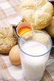 Pan recientemente cocido al horno con los huevos y la leche Fotos de archivo
