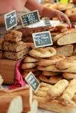 Pan recientemente cocido al horno de un mercado de París. Imagen de archivo