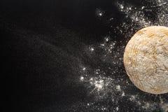 Pan recientemente cocido con la harina derramada fotos de archivo