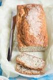 Pan recientemente cocido con las semillas de sésamo y las semillas de lino en un de madera Imágenes de archivo libres de regalías