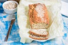 Pan recientemente cocido con las semillas del sésamo, del salvado y de lino en un de madera Fotos de archivo libres de regalías
